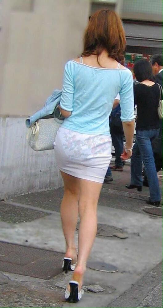 Бабы в просвечивающейся одежде на улицах городов